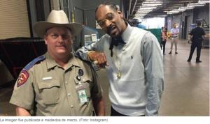 Policía de Texas es amonestado por retratarse con Snoop Dogg